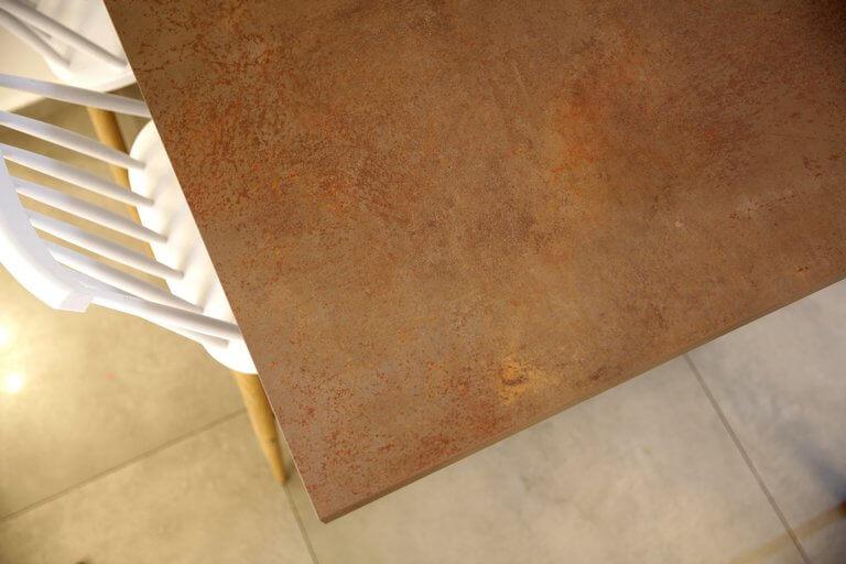 שולחן שיש פרצולן בצבע חלודה